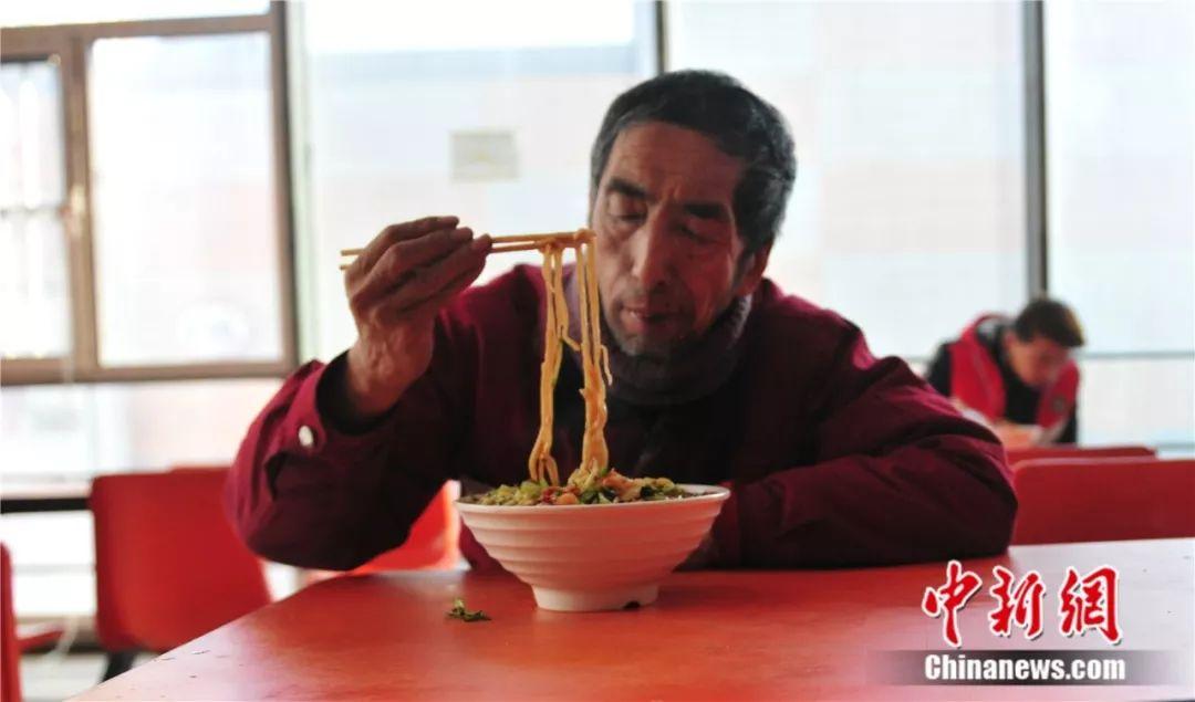 赵永久的午饭总是一碗面。于海洋 摄