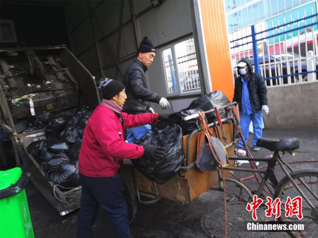 赵永久帮助别人清理垃圾。 李晛 摄
