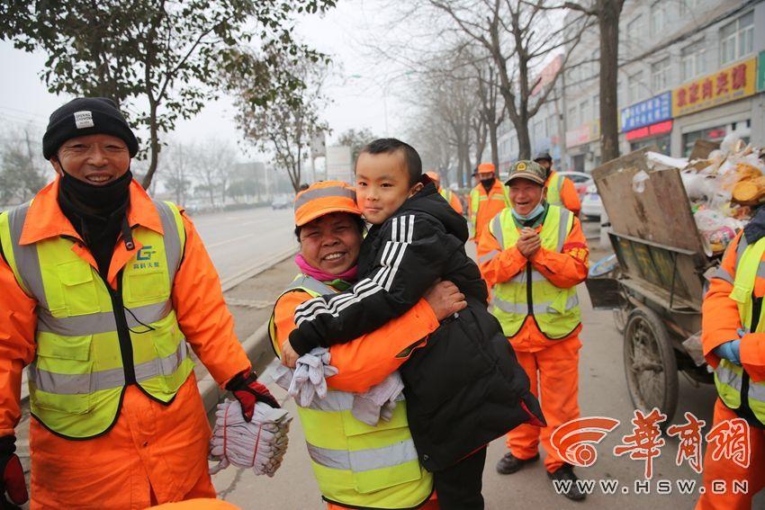 温暖!西安6岁小学生拿500元压岁钱买100双手套送保洁员