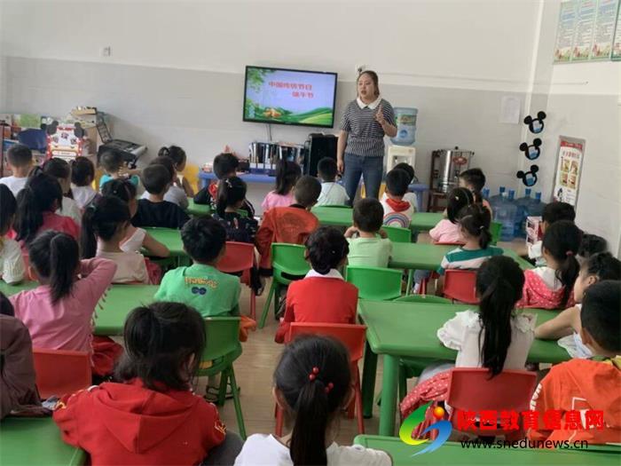 大(1)班张东丽老师给孩子们讲解端午节的来历。.jpg