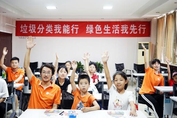 孩子在课堂踊跃回答问题.jpg