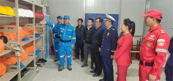 11救援队队长马云龙为领导和专家介绍公益项目管理与运行情况.jpg