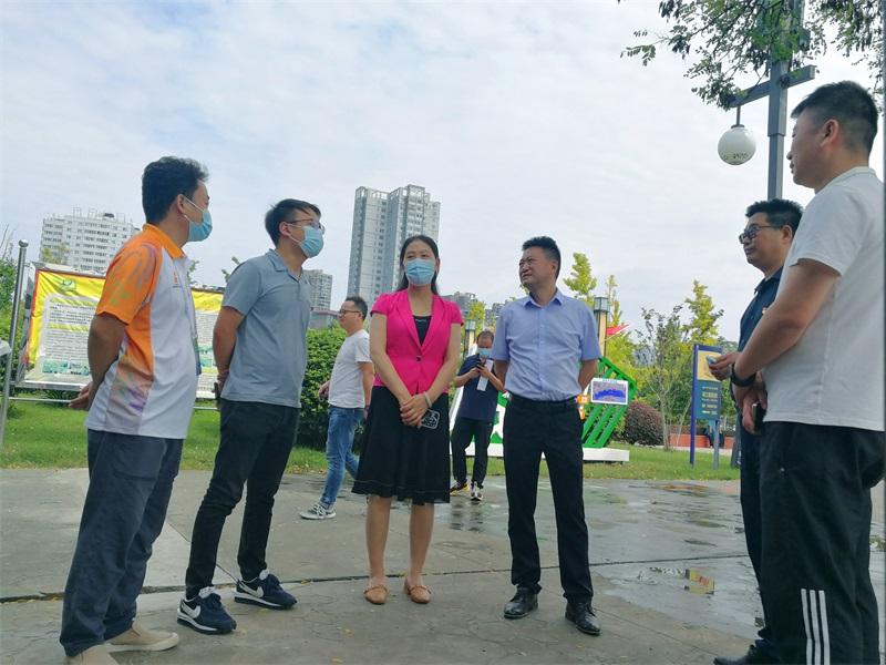 汉台区副区长郑雪梅带队慰问汉台二中十四运城市志愿者